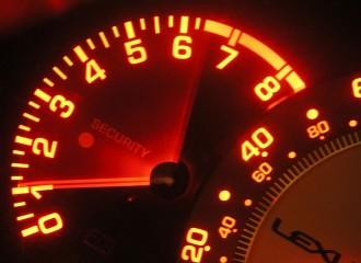 Co zrobić, gdy silnik trzyma wysokie obroty na biegu jałowym?