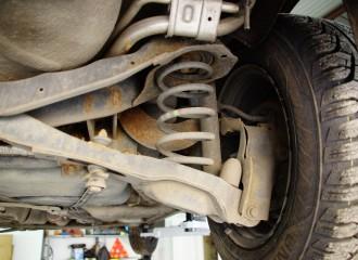 Co zrobić, gdy samochód jest przechylony na jedną stronę?