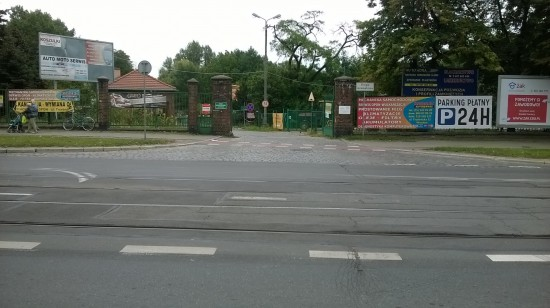 Główny wjazd z ulicy Trzebnickiej