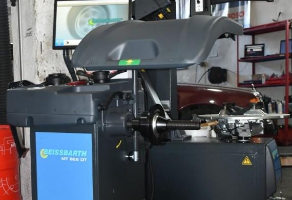 Pracujemy na stacjonarnej, mikrokomputerowej wyważarce do kół samochodowych z elektronicznym odczytem średnicy i odstępu koła