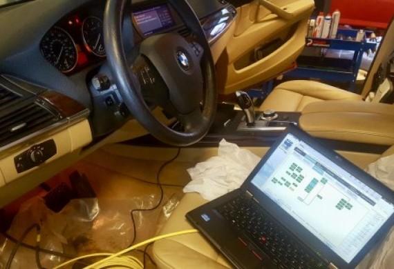 BMW X5 E70 wersja USA - kompletna konwersja i przystosowanie do wymogów przepisów europejskich. Dodatkowo naprawiona usterka tylnej klapy elektrycznej oraz bezprzewodowego zestawu głośnomówiącego. Winowajca - uszkodzony sterownik. Naprawa + programowanie = w pełni zadowolony klient :)