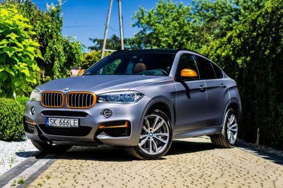 BMW X6 oklejone folią zmiana koloru carbon