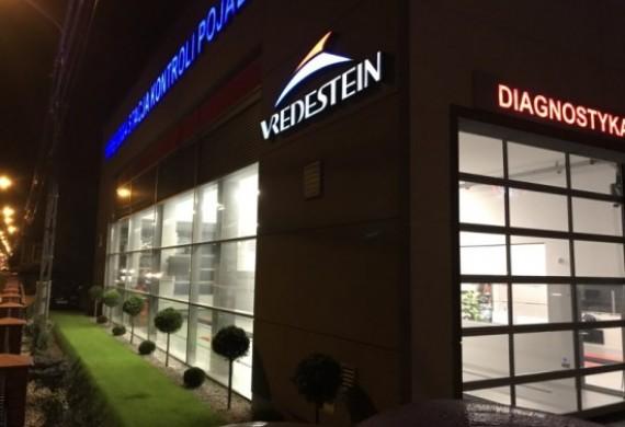 Stacja kontroli pojazdów widok nocą