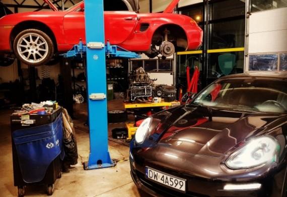 Boxster na podnośniki remont silnika, Panamera przygotowania do usunięcia wycieku między skrzynią A silnikiem.