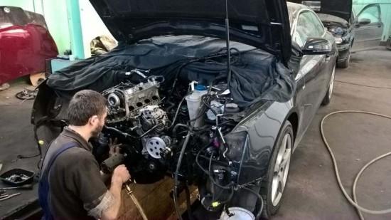 Mechanik w trakcie naprawy