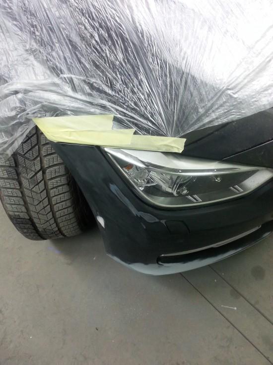 prace przy naprawie autka lakierowanie