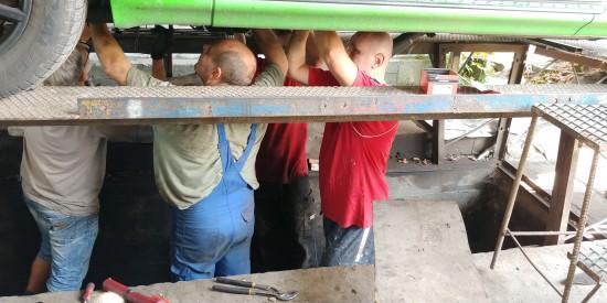 Mechanicy serwisu w pracy