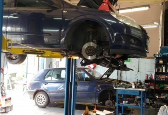 Wszystkie miejsca naprawy zajęte, ale i tak przyjmujemy samochody na bieżąco :-)