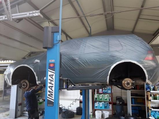 Samochód w trakcie naprawy