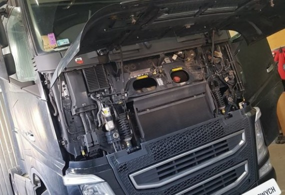 Samochód ciężarowy w trakcie naprawy