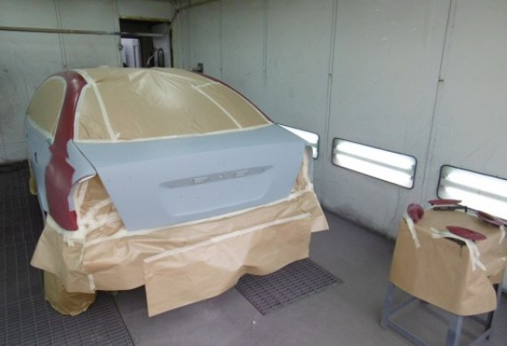 Komora lakiernicza - miejsce gdzie maluje się samochody a następnie suszy lakier.