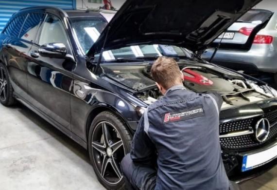 Mercedes C43 AMG - świeży zakup naszego klienta.  Zadanie❓ Raport stanu pojazdu, eliminacja drobnych usterek oraz kompleksowy serwis pozakupowy.  Całość wykonana na oryginalnych częściach