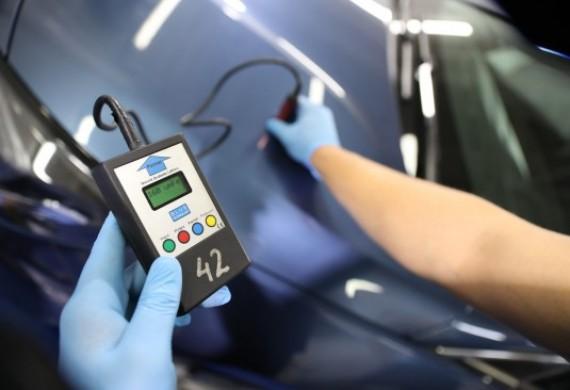Kontrola jakości lakieru w samochodzie