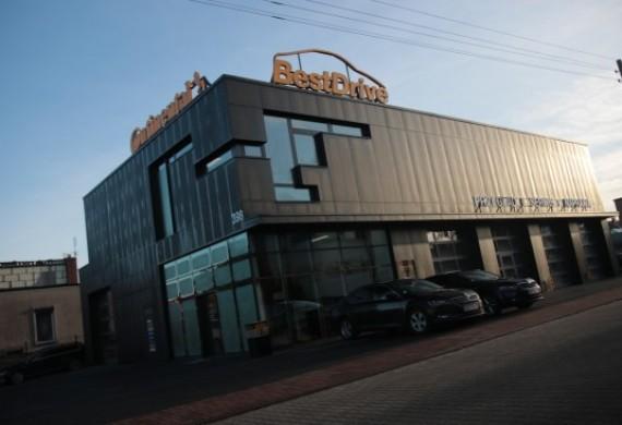 Widok budynku od strony ul. Twarodgórskiej