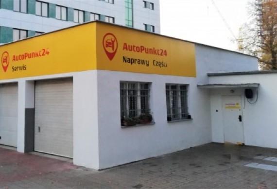Odnowiony budynek Warsztatu samochodowego, zmienione reklamy firmy
