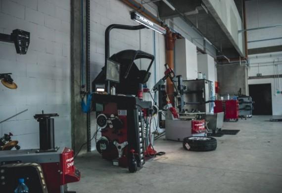 Świadczymy usługi serwisowania opon na nowoczesnym parku maszynowym