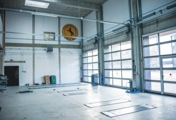 Do dyspozycji 3 stanowiska serwisowe wyposażone w nowoczesne podnośniki oraz dostosowane do pojazdów dostawczych.