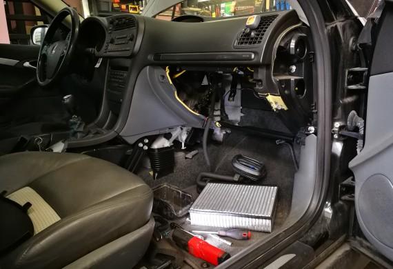Wymiana parownika, na szczęście obyło się bez zdejmowania deski rozdzielczej, ukłony dla inżynierów Saab'a :)