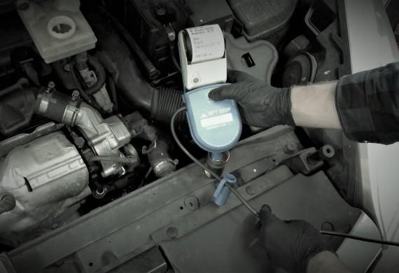 Tester płynu hamulcowego BFT 320 Płyn hamulcowy jest hygroskopijny: tzn. wraz z upływem czasu zwiększa się zawartość wody w płynie co prowadzi do spadku temperatury wrzenia i tym samym wzrostu niebezpieczeństwa powstawania pęcherzyków pary w płynie. Dlatego płyn hamulcowy musi być regularnie kontrolowany i ewentualnie wymieniany na nowy.