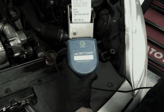 Tester płynu hamulcowego BFT 320 Dzięki testerowi ATE BFT 320 możliwy jest pomiar temperatury wrzenia płynu z laboratoryjną dokładnością ( płynów DOT 3, DOT 4 i DOT 5.1) Jest to poręczne urządzenie z przyłączem na 12 Volt umożliwiające podłączenie do akumulatora i wygodny pomiar bezpośrednio ze zbiorniczka wyrównawczego w pojeździe.