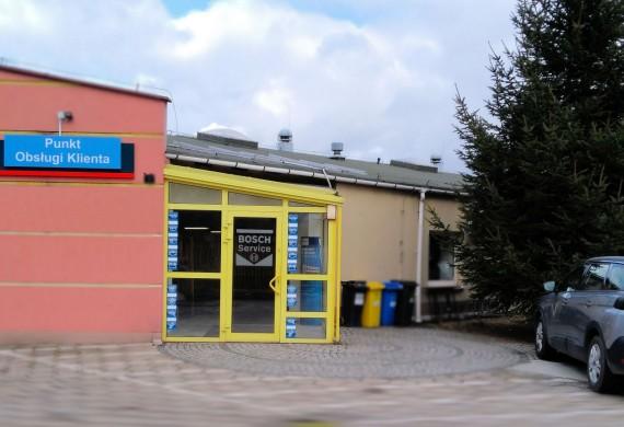 Wejście dla klientów i brama wjazdowa na warsztat.