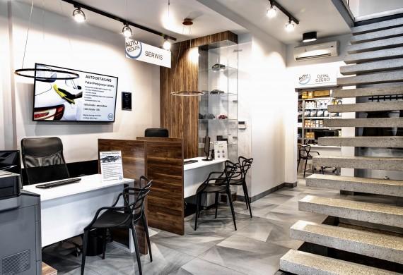 Recepcja i główne biuro obsługi klienta - w tle widoczny dział części.