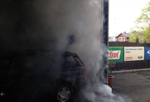 Czyszczenie układu dolotowego w samochodzie ford focus 1.6 benzyna 100km 2003 rok.Dym który prezentujemy z tyłu na zdjęciach to jest efekt czyszczenia kolektora.
