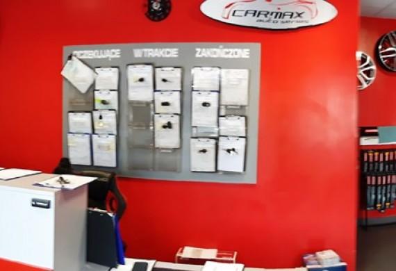 W biurze przyjmujemy klientów i zarządzamy zleceniami