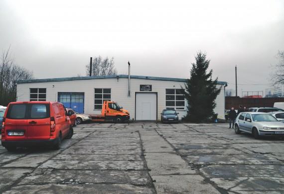 Przestronna część garażowa jest w stanie pomieścić do sześciu pojazdów w równoległym czasie. Drugą część hali zajmują stanowiska spawalniczo-blacharskie oraz najnowocześniejsza komora lakiernicza.