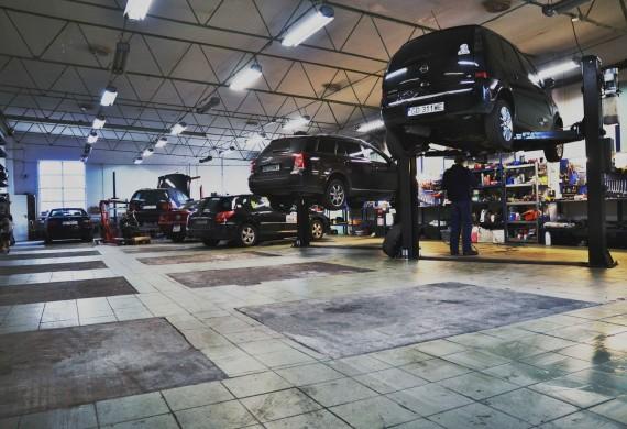 Hala warsztatowa jest wyposażona w nowoczesne podnośniki oraz najlepszej jakości narzędzia do obsługi każdego pojazdu od motocykli, przez auta osobowe a kończąc na autach dostawczych.