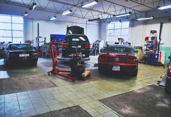 Warsztat wyposażony jest w profesjonalne stanowisko blacharsko/lakiernicze, jak i komplet narzędzi do renowacji każdego rodzaju pojazdów. Do usług wliczamy również kompleksowy remont silnika.