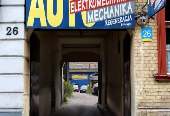 Brama wjazdowa na teren warsztatu widoczna od strony ulicy Wrocławskiej