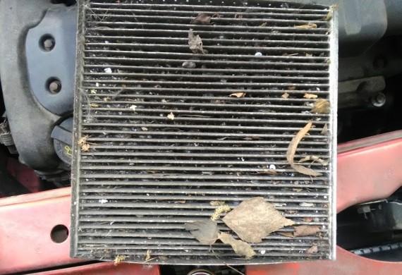 Tak zapchany filtr to zaniedbanie co najmniej 2 letnie !! później spadek efektywnego chłodzenia i nawiewu. Zimą szyby parują a my nie wiemy dlaczego ?? Otóż dlatego :)