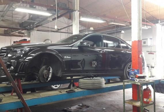Piękny Mercedes na seriwsie układu hamulcowego.
