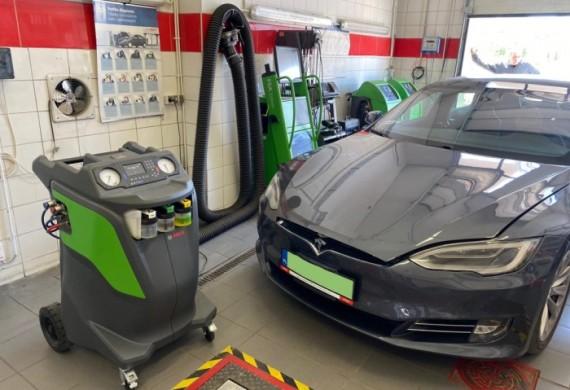 Dakro Bosch Serwis oferuje kompleksowy serwis klimatyzacji samochodowej – przeglądy okresowe, kontrolę szczelności układu, uzupełnianie czynnika, odgrzybianie ozonem, regenerację jej podzespołów i naprawę.  Nasza oferta to obsługa klimatyzacji z czynnikiem R134a oraz obsługa z czynnikiem Klimatyzacji R1234YF.