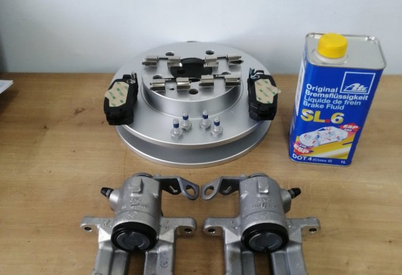 Usluga wymiany tarcz i klocków hamulcowych firmy Textar wraz z płynem hamulcowym i zaciskami.