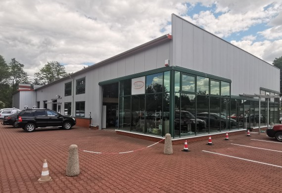 Budynek, parking dla Klientów