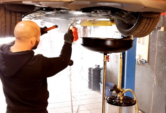 Staramy się by Twoje auto było czyste po wymianie oleju.  Tu mycie miski olejowej.