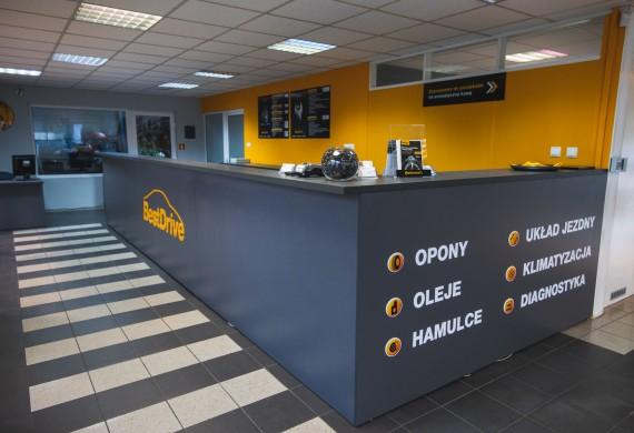 Serwis BestDrive Ipcars znajduje się w budynku  salonu samochodowego przy ulicy E.Zawackiej 3  w Gorzowie Wielkopolskim.