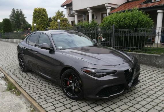 Alfa Romeo Giulia 2019r 2.0 turbo Q4 z 8-stopniową automatyczną skrzynią biegów.  Wykonaliśmy serwis olejowy silnika oraz napędów z zastosowaniem części oryginalnych, wymiana kompletu hamulców obu osi z zastosowaniem tarcz Zimmermann sport i klocków OEM  #alfaromeo #giulia #zimmermann #brake #tutela #oil #selenia #serwissamochodowy #cartech #nazaretańska71 #parformance #carbon #car #sport #280km #parformance #carshop #kraków  #dobrymechanik