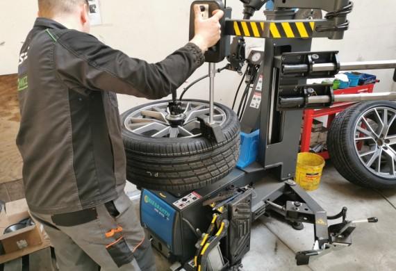 Dysponujemy półautomatyczną montażownicą do kół, dzięki której zmniejsza się do minimum ryzyko uszkodzenia lub porysowania felgi.