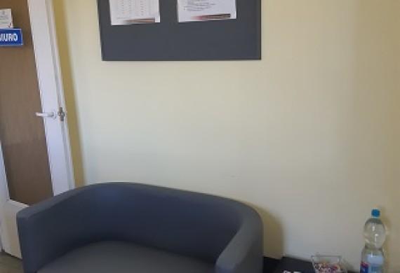 Na naszych Klientów czeka również malutka poczekalnia, w której można napić się kawy i poczekać na odbiór samochodu.