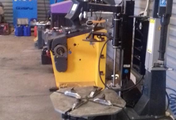 Nasz warsztat wyposażony jest w liczne narzędzia specjalistyczne, oraz posiada nowe, wysokiej klasy maszyny do obsługi ogumienia marki SICE. Dzięki takim sprzętom obsługujemy prawie wszystkie rodzaje kół i opon, od 12 calowych poprzez opony typu RUNFLAT, niskie profile nawet poniżej 30, aż po największe koła w rozmiarach nawet 24 cali średnicy.