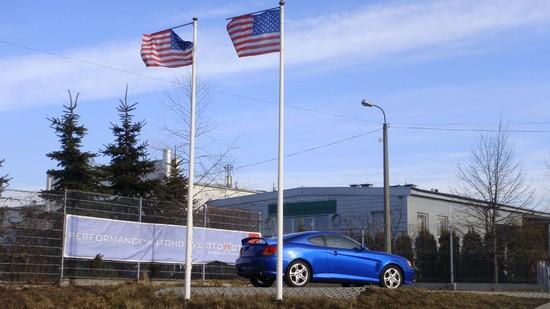 Widok na flagi - wjazd od ulicy