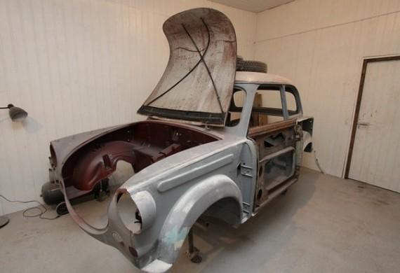 Etap naprawy blacharsko lakierniczej w trakcie renowacji samochodu Trabant 600 z 1963 roku.