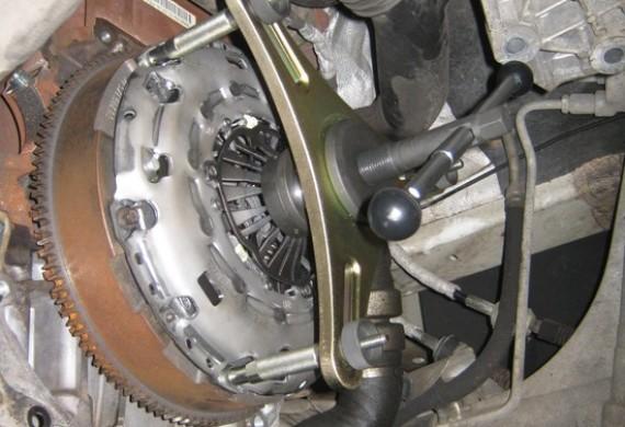 Wymiana samonastawnego sprzęgła typu X-Tend w samochodzie Fiat Ducato 250 za pomocą specjalistycznego przyrządu.