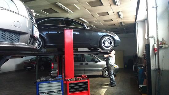 auta na podnośniku w naszym serwisie...