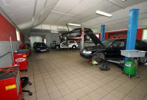 Do państwa dyspozycji oddajemy cztery stanowiska naprawcze czyli ponad 280 metrów kwadratowych powierzchni warsztatowej.