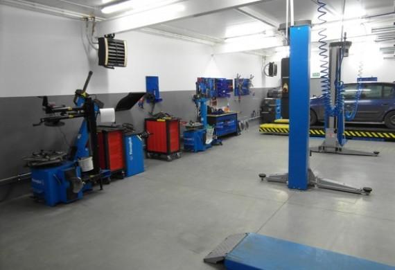 Posiadamy 4 stanowiska wyposażone w 3 podnośniki oraz profesjonalne urządzenia i narzędzia.