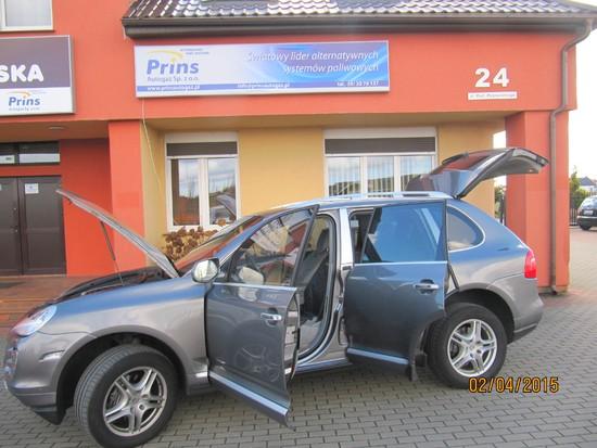 Porsche z instalacją PRINS na tle naszego biura